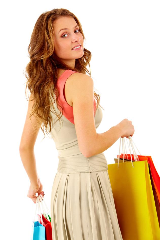 Eine junge Frau nach dem Shopping mit Einkauftaschen in der Hand